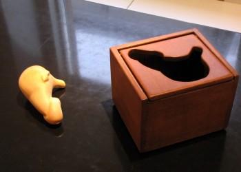 Outi Liusvaara - näyttelykuva Pieni huomio aikuisuudesta -installaatio (yksityiskohta)